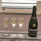 Déguster une flûte de champagne Brut Grande Réserve au bord de la plage !   S'évader le temps d'un instant 🍾🌊⛱  #champagne #champagnegruet #champagnegruetetfils #brut #grandereserve #brutgrandereserve #flute #coupe #plage #playa #mer #bouteille #moment #vacance #sevaderletempsduninstant