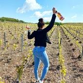 Balade dans les vignes de Bethon (côte Sézannaise) accompagnée de notre champagne Rosé au bouquet fruité qui saura égailler vos soirées d'été. 🍇🍾  L'abus d'alcool est dangereux pour la santé ⚠️  #rosé #brut #brutrosé #champagne #gruet #champagnegruet #champagnegruetetfils #vignes #vignoble #vigneronne #vigneron #balade #winelovers #winelover #womenchampagne #women #girl #vineyard #printemps #spring #paysage #landscape #landscapelovers