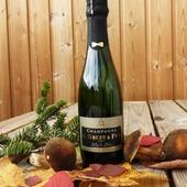 Notre demi-bouteille Brut Blanc de Blancs a profité de ce week-end de 3 jours pour aller se balader dans les Vosges. 🍁🍂🍃. Pour les fêtes de fin d'année ce joli petit contenant de 37,50 cl habillé de son superbe noeud papillon couleur or, serait idéale pour offrir en cadeau 🍾 🎁🎉🎀 #champagneggruetetfils #champagnegruetetfils #champagnegruet #gruet #demibouteille #blancdeblancs  #weekend #vosges #xonruptlongemer #xonrupt #longemer #automne #couleursdautomne #feuilles