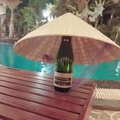 La Fillette au Vietnam - Acte 1 ✈ 🇻🇳 Nous retrouvons notre demi-bouteille Brut Blanc de Blancs dans un bien joli voyage à environ 10000 Km à vol d'oiseau de chez nous. Elle a découvert de magnifiques paysages et de superbes lieux. ✈🌍 Récap en image de ses belles aventures : 😀  Photo 1 : Arrivée de la Fillette au Vietnam. N'oublions pas le célèbre chapeau conique qui a une place particulière dans le patrimoine artisanal traditionnel, il fait partie des symboles nationaux. 👒  Photo 2 : Dans la ville de Hoi An, la Fillette entourée de bien jolis lampions vietnamiens.🎈 Photo 3 : La Fillette devant la Cité Impériale de Hué. 🏯  Photo 4 : La Fillette découvre le Lac de Hoan Kiem près d'Hanoï. ⛩  Photo 5 : La Fillette se repose dans la célèbre et splendide Baie d'halong 🏞 ➡️ À suivre... 😀 ⛩ 🏯 🏞  #champagne #champagnegruet #gruet #champagnegruetetfils #voyage #vietnam #chapeau #chapeauvietnamien #hoian #lampions #lampionsvietnamiens #citeimperialedehue #citeimperiale #lacdehoankiem #lac #hoankiem #hanoi #baiedhalong #paysages #lovevoyage #love #demibouteille #brut #brutblancdeblancs #blancdeblancs #vignoble #champagneardenne #bethon