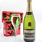 Nous vous souhaitons de belles fêtes de fin d'année avec le champagne G.Gruet et Fils.  Ps : N'oubliez pas de laissez une petite coupe de champagne au pied du sapin pour le Père Noël. Il à bien le droit à son petit cadeau lui aussi. 🎁🎄🍾  Merci à @famillecrapaud pour ces jolies photos. ❤.  #champagne #gruet #champagnegruet #champagnegruetetfils #noel #noël  #sapin #cadeau #cadeaux #fete #fetes #fetesdefindannee #vignoble #champagneardenne #marne #bethon
